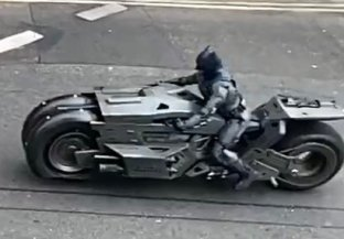 A riding double is suited up as the Snyderverse version of Batman on the set of THE FLASH (2022)