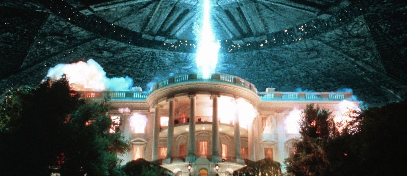 An alien spaceship destroys the White House in the classic sci-fi disaster flick INDEPENDENCE DAY (1996)