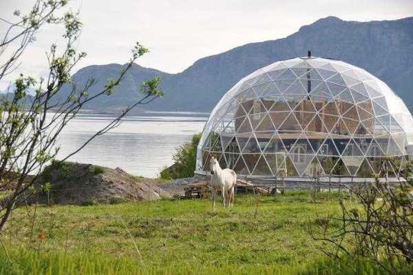 casa domo solar de madera, vidrio, aluminio, paja y arcilla.