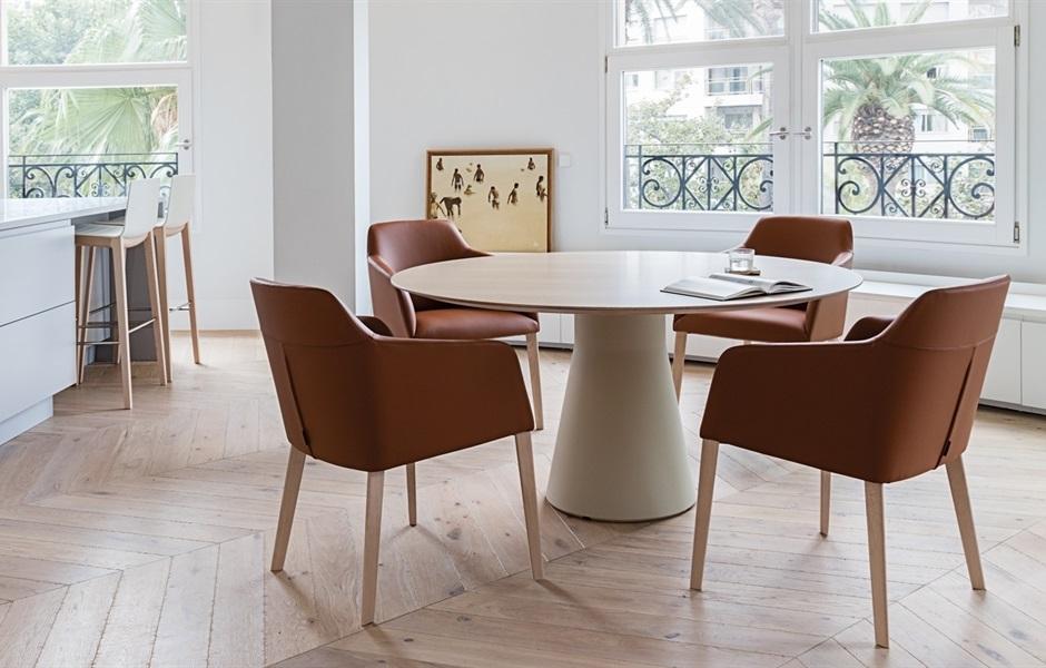 Mesa Reverse de Andreu World diseñada por Piergiorgio Cazzaniga, en nuestro showroom de Icaza en Bilbao