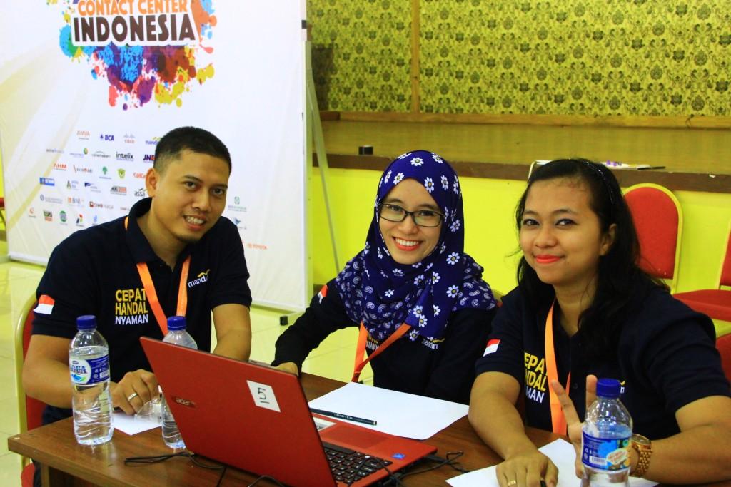 Perwakilan dari PT. Bank Mandiri (Persero), Tbk untuk kategori Reporting Team.