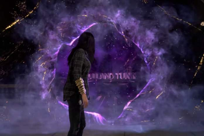 The hero of Forspoken looks through a purple portal.