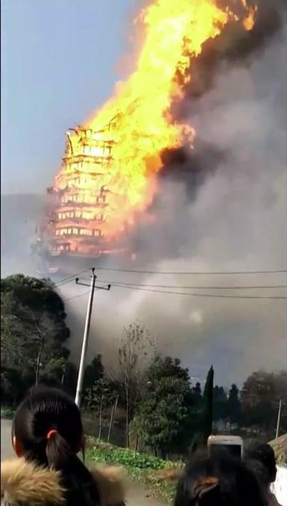 Çin'de budist tapınağı alev alev yandı