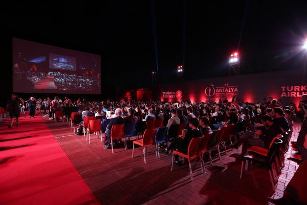 Festivalin ilk yarışma filmi yarıda kaldı