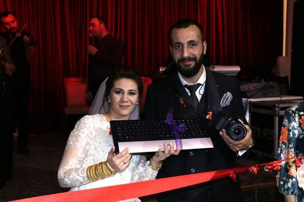 Evlenen gazeteciye klavye taktılar