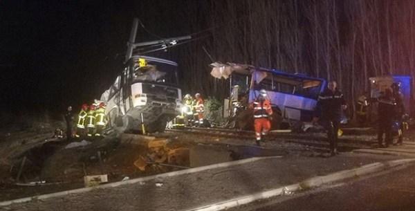 Fransa'da tren ve otobüs çarpıştı: 4 ölü