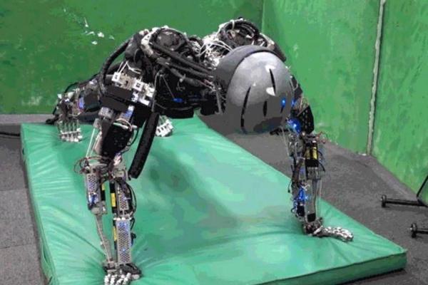 İnsan gibi spor yapıp terleyen robotlar