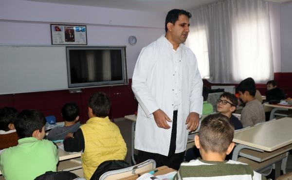 Görme yetisini kaybetti ama azimle öğretmen oldu