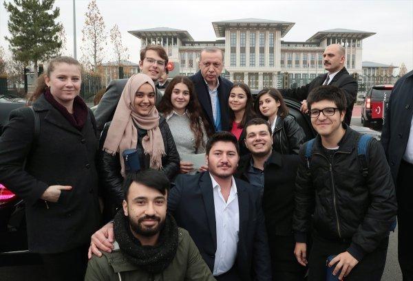 Erdoğan, çaya davet ettiği liselileri Külliye'de ağırladı