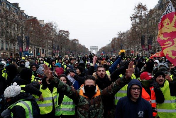 Fransa'da sarı yelekliler 360 yolu kapattı