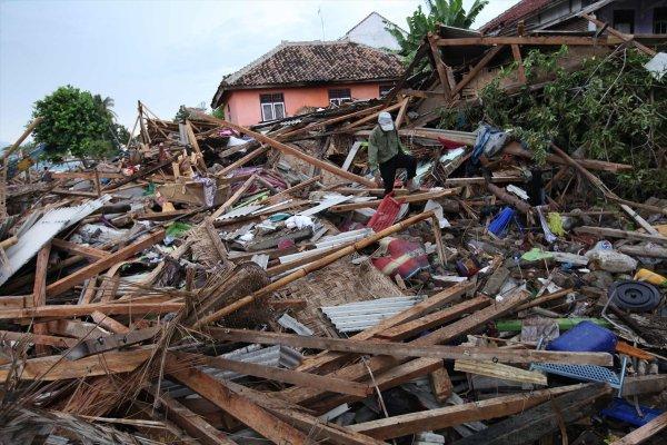 Endonezya'daki tsunami felaketi: 373 ölü