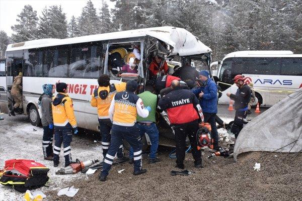 Kars'ta midibüs kamyonla çarpıştı