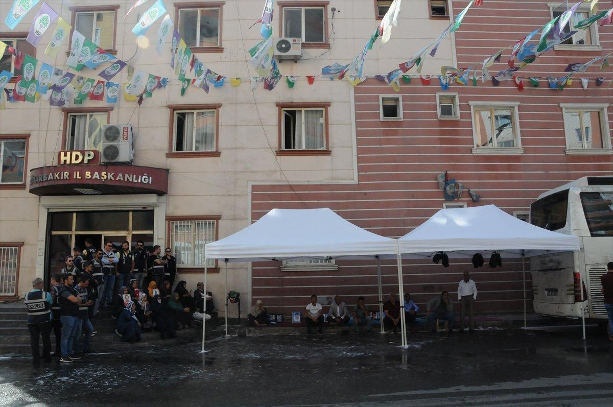 HDP önünde oturan anneleri engellemeye çalıştılar