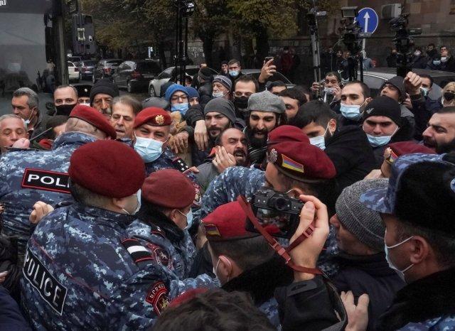 ermenistan 1799 - Ermenistan'da sokaklar karıştı