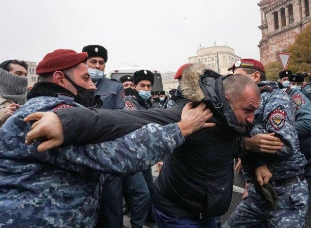 ermenistan 7747 - Ermenistan'da sokaklar karıştı