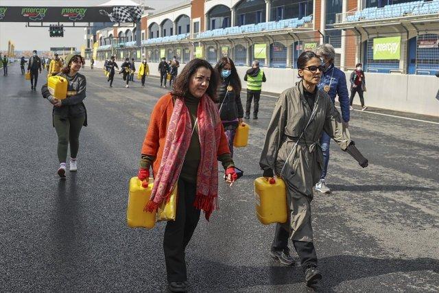 Afrika insanıyla empati kurmak için yürüyerek bidonla su taşıdılar #6