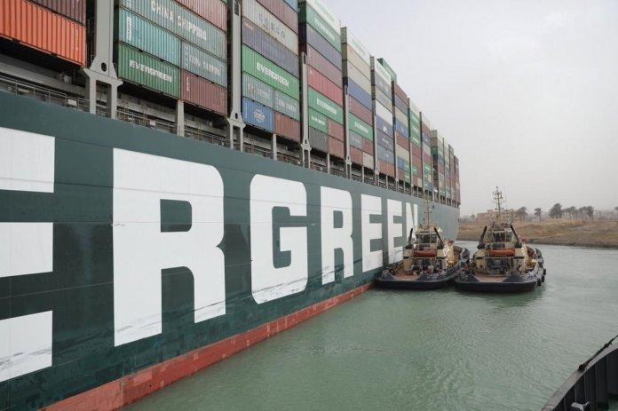 Süveyş Kanalı nda sıkışan yük gemisindeki mürettebatın sevinç anları #3