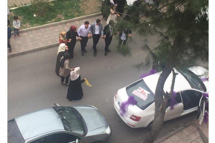 Diyarbakır da sokak ortasında maskesiz halay #1