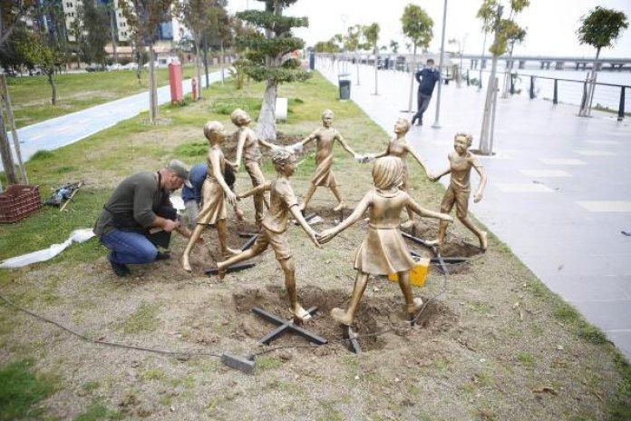 Antalya da el ele tutuşan çocuk heykelleri onarıldı #3