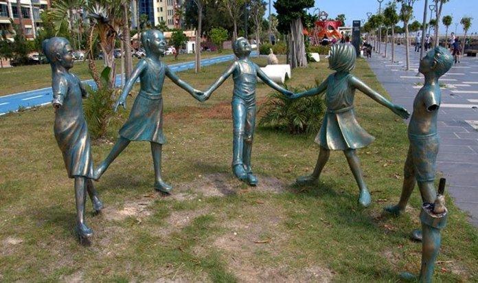 Antalya da el ele tutuşan çocuk heykelleri onarıldı #1