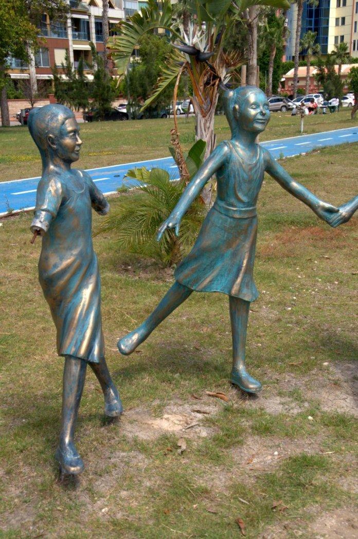 Antalya da el ele tutuşan çocuk heykelleri onarıldı #4