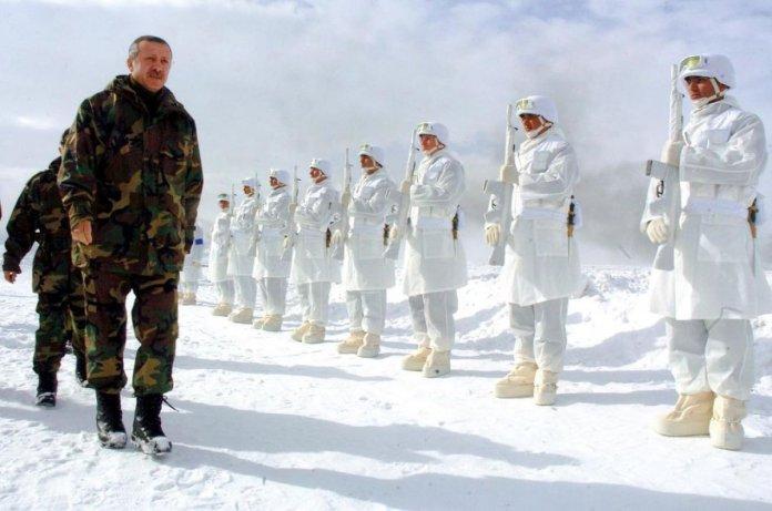 AK Parti, Cumhurbaşkanı Erdoğan ın 2006 kış tatbikatındaki görüntülerini paylaştı #1