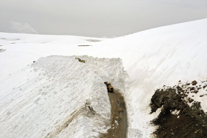 Muş'ta kar kalınlığı 15 metreyi geçti, köy yolu 1 haftada açılabildi  #1