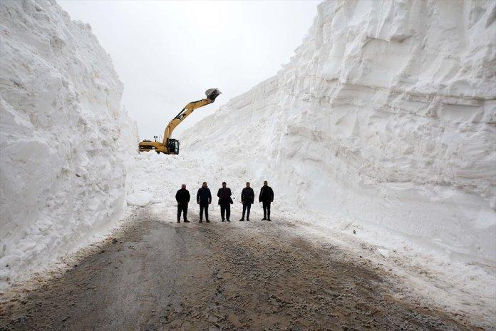 Muş'ta kar kalınlığı 15 metreyi geçti, köy yolu 1 haftada açılabildi  #2