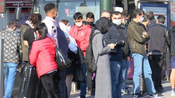 İstanbul'da metrobüs duraklarında dikkat çeken yoğunluk #6