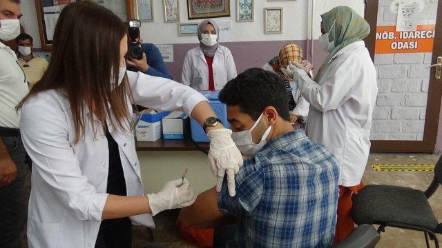 Diyarbakır'da öğrenciler aşı olmak için sıraya girdi #2