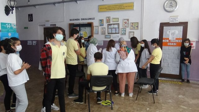 Diyarbakır'da öğrenciler aşı olmak için sıraya girdi #4