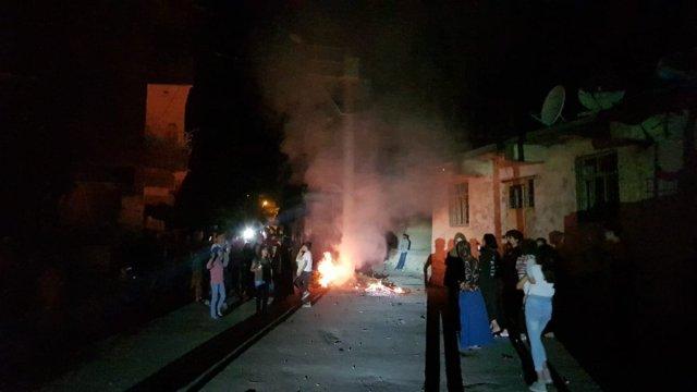 Diyarbakır da sayaçların elektrik direklerine bağlanmasını protesto ettiler #1