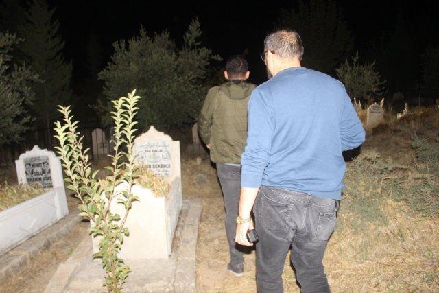Adıyaman da polisler ihbar üzerine mezarlıkta arama yaptı #1