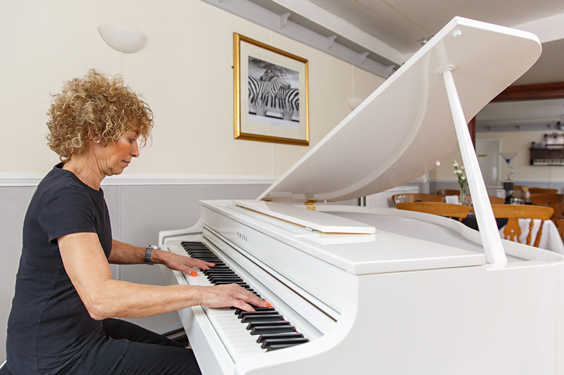 harleston swan hotel Swift Piano Bar