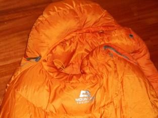Hals und Nacken werden durch den Wärmekragen geschützt, wenig Wärmeverlust im Schlafsack