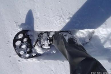 Schneeschuh verbiegt sich, sinkt dadurch tief ein