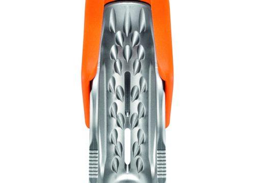 Der gezahnte Klemmnocken aus rostfreiem Stahl und der Reinigungsschlitz optimieren den Einsatz selbst an verschmutzten oder vereisten Seilen.