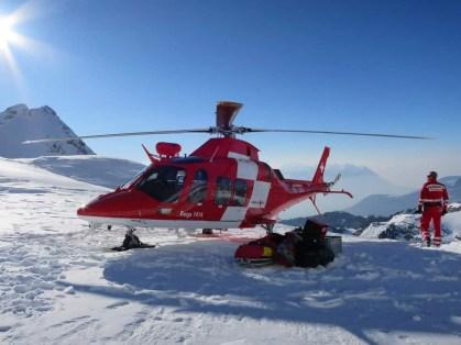 03_Rega_Helikopter_beim_Zwischenlandeplatz