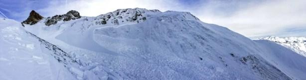 Kritische Lawinensituation für Schneesportler: Von Januar bis Mitte März wurden von Schneesportlern viele Lawinen ausgelöst. Im Bild eine fernausgelöste Lawine am Hochwang (GR), bei der niemand erfasst wurde. Die Lawine brach im schwachen Schneedeckenfundament an und wurde mehrere hundert Meter breit. (Foto: M. Scheel, 27.01.2016)