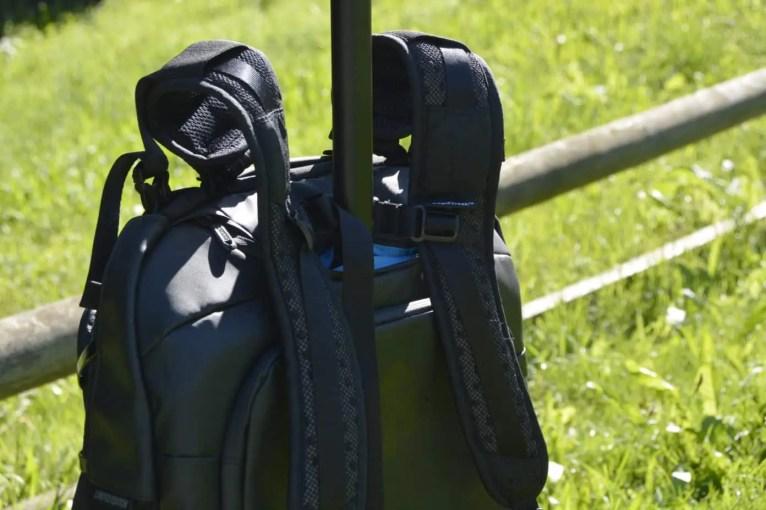 Belassen der Rucksacktragriemen bei Nutzung als Rolltasche - Variante1: kurzzeitige Befestigung der Trageriemen mittels Brustriemen