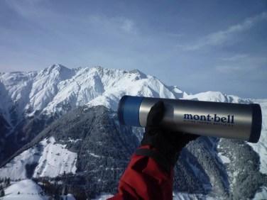 die Montbell Alpine Thermo Bottle lässt sich gut mit Handschuhen benutzen