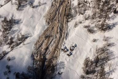 Die Nassschneelawine im Lötschental ist nur knapp an den Alphütten vorbei geflossen. 24.01.2018. Foto: M. Schär, SLF
