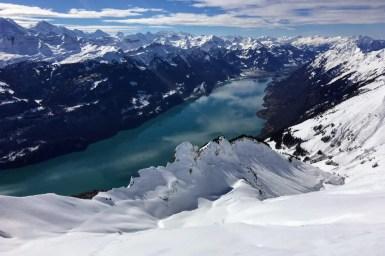 Blick vom Brienzergrat auf den Brienzer See (BE): Typisch für den Winter 2017/18 lag in den höheren Lagen viel Schnee, weiter unten nur wenig. 04.03.2018. Foto: F. Techel, SLF