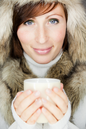 Neben einem heißen Tee kann auch Mediation vorbeugen und sogar Linderung bringen.