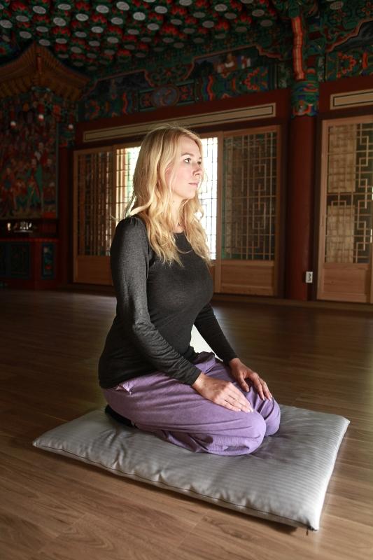 Der Fersensitz ist eine ebenfalls gut für Anfänger geeignete Meditationshaltung.