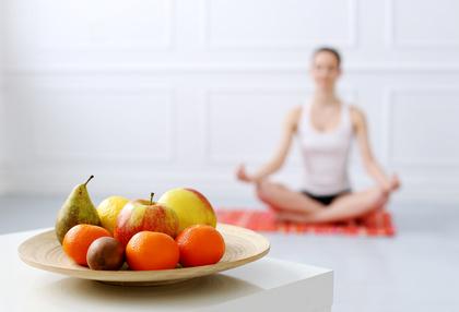 Auch Essen oder Trinken werden durch Achtsamkeit zur meditativen Praxis.