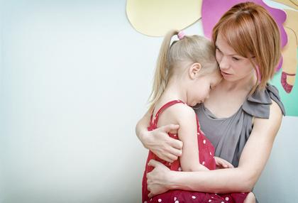 Verständnis und Trost gehören zu einer achtsamen Kindererziehung.