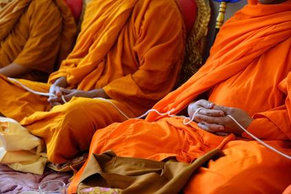 Mönche bei der Meditation im Kloster.