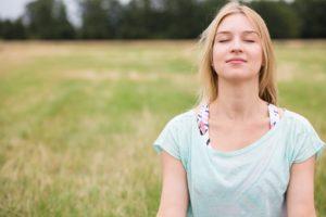 Übungen wie der Bodyscan oder das achtsame Atmen helfen dabei, die Achtsamkeit zu steigern.