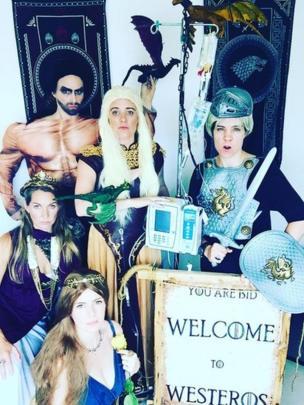 Karen Walsh y sus amigos disfrazados de personajes de Juego de Tronos.